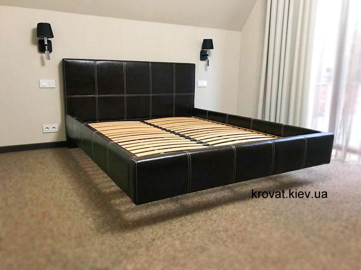 ліжко ширяє над підлогою в інтер'єрі спальні