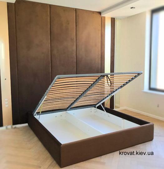 кровать с мягкими панелями под потолок в спальню