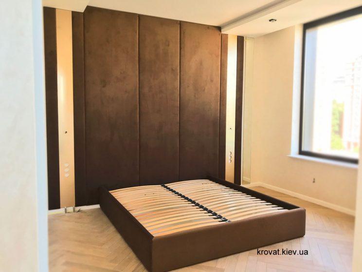 кровать с мягкими панелями в интерьере спальни
