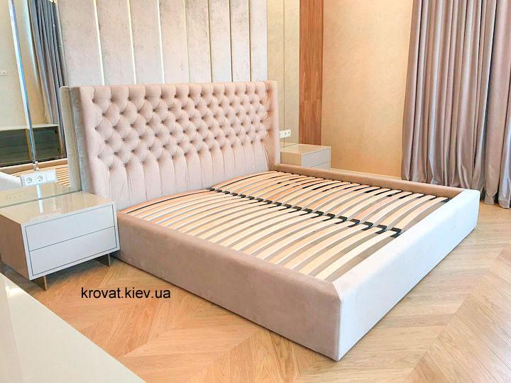 ліжко з м'яким заокругленим узголів'ям
