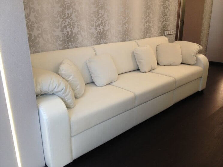 прямой диван в коже