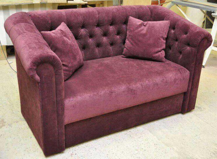 прямой диван с пуговицами