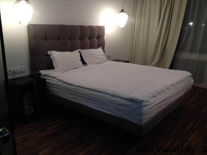 дорогая кровать в воздухе над полом